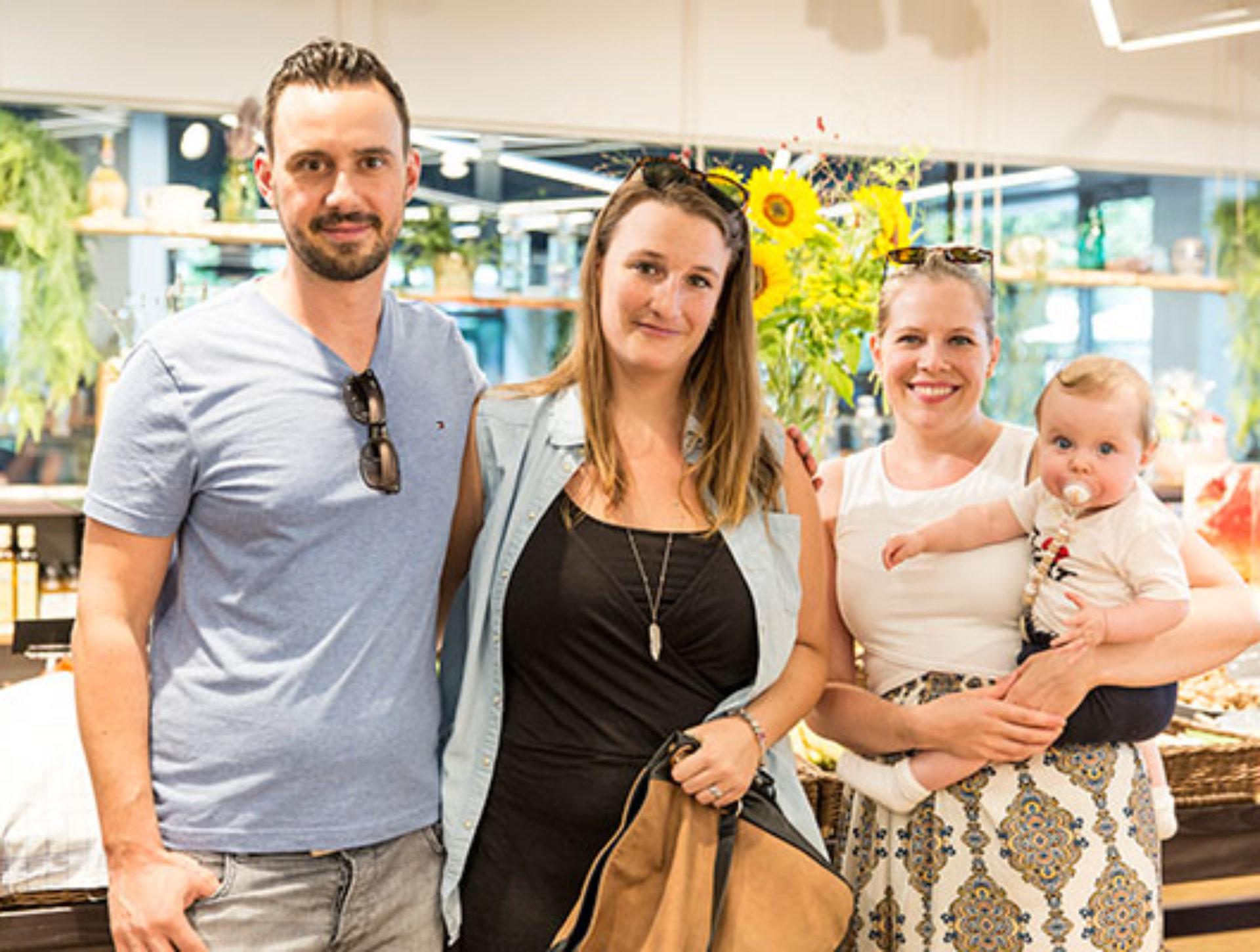 Marco Caprez, Laura Schumacher, Viviane Caprez mit Emma «Wir haben die Einladung wahrgenommen und freuen uns aufs Fest. Jetzt schauen wir uns um – Quai4, ein cooles Projekt!»
