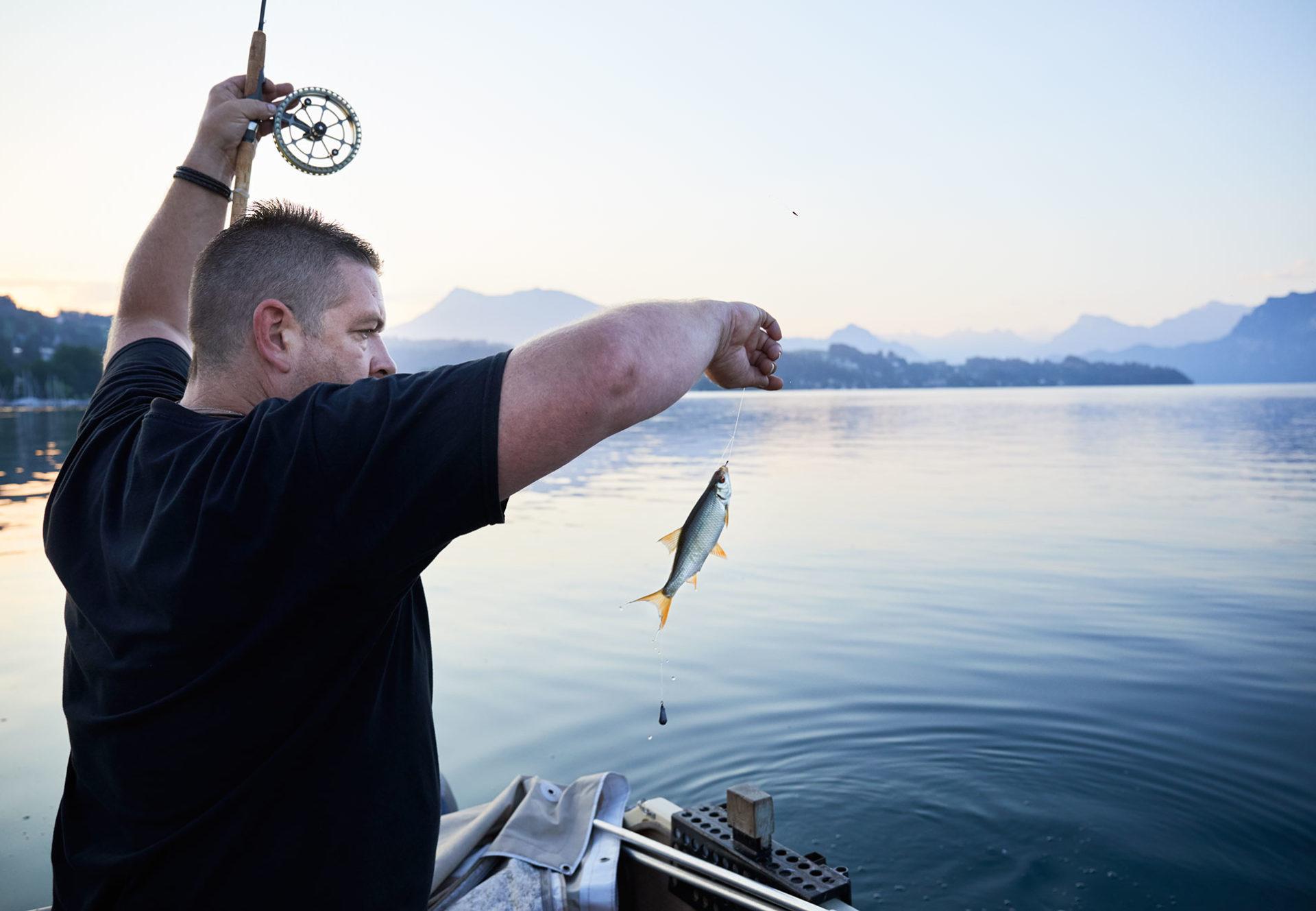 Remo Achermann auf dem Vierwaldstättersee beim Fischen